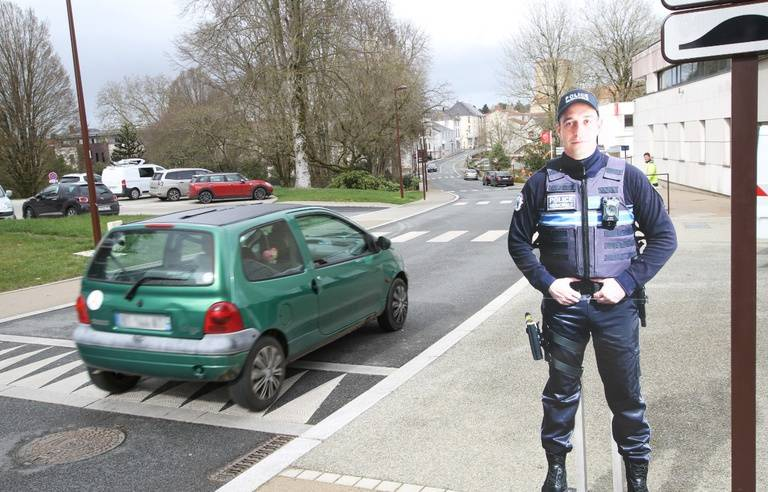 Photo de DAVE, le policier en carton positionné dans la rue